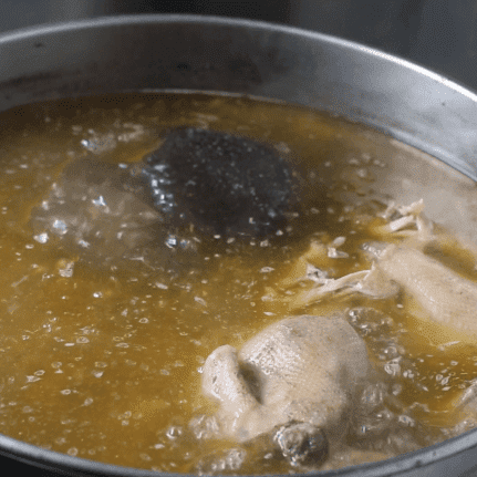 The soup base is made from a combination of beef, bones, butter, free-range eggs, and a 1919 secret seasoning. The noodles fully absorb the flavour of the soup to create an overwhelming aroma.